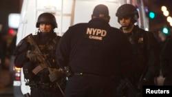 Policajci na mestu gde su ubijena dvojica njihovih kolega, Bruklin, Njujork