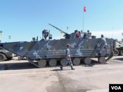 中国军队去年携带两栖登陆战车在里海岸边参加军事比赛。但俄军将领抱怨中方禁止俄军人碰解放军装备。