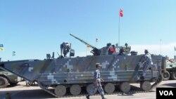 中國軍隊去年攜帶兩栖登陸戰車在裡海岸邊參加軍事比賽。但俄軍將領抱怨中方禁止 俄軍人碰解放軍裝備 (攝影﹕美國之音白樺)