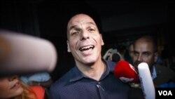 ລັດຖະມົນຕີການເງິນ ກຣິສ ທ່ານ Yanis Varoufakis ກ່າວຕໍ່ ບັນດານັກຂ່າວ.