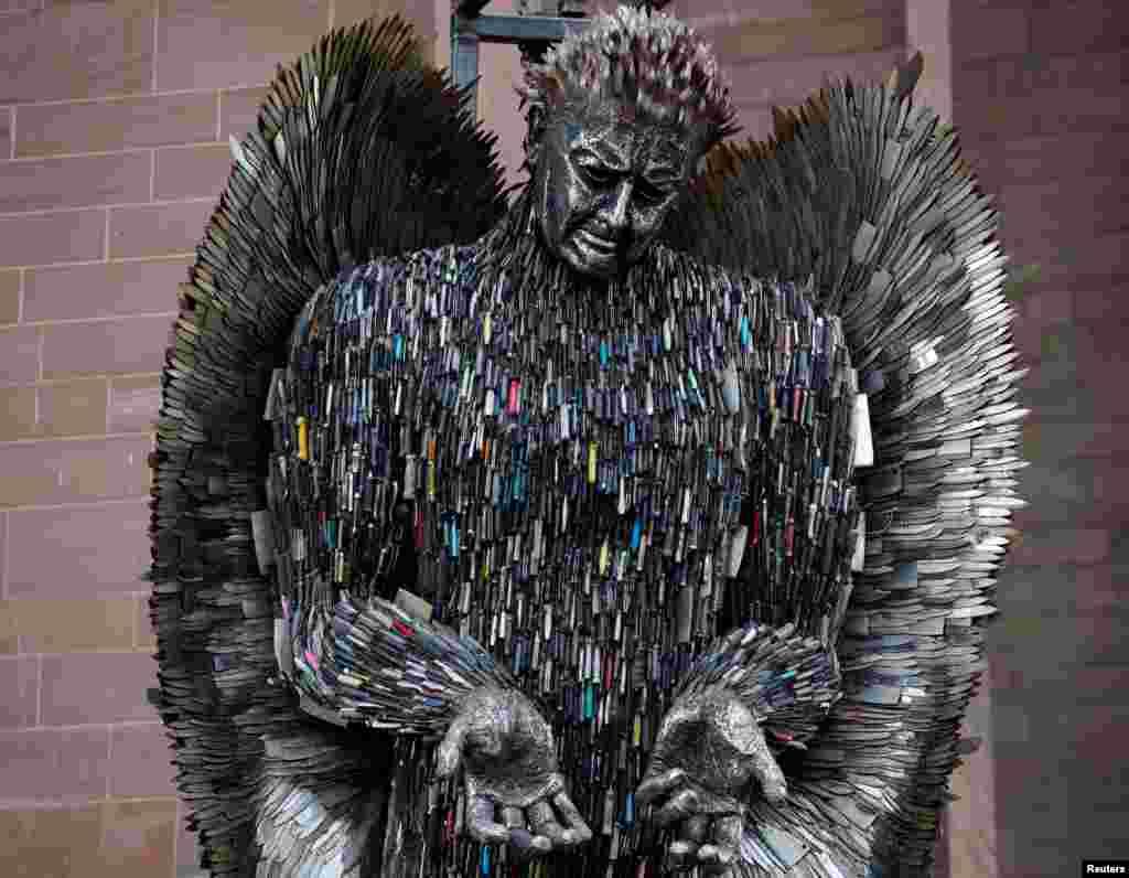 اسم این مجسمه در بریتانیا «فرشته چاقو» است که آن را از ۱۰۰ هزار چاقوهای مصادره شده ساختند. این مجسمه ۸ متری با چاقوهای ضبط شده توسط پلیس ساخته شده است.