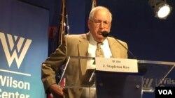 担任过美国驻华大使等高级外交官的芮效俭在华盛顿的威尔逊中心讲话