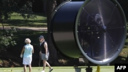 Chiếc quạt lớn được đặt trên sân golf ở thành phố Dallas