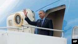 Tổng thống Hoa Kỳ vẫy chào từ Air Force One.