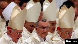 Le cardinal Pietro Parolin, secrétaire d'Etat du Vatican, au centre, assiste à une messe de veillée pascale célébrée par François à la basilique Saint-Pierre au Vatican, 19 avril 2014.