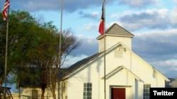Bangunan gereja di Sutherland Springs, Texas, seperti yang terlihat dalam cuitan @GrantJKidney. (Foto: Twitter)