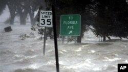 Inondasyon te anvayi vil Nouvèl Òleyan apre Siklòn Katrina te frape vil la nan kòmansman jounen lendi 29 out 2005. (Foto: AP/Eric Gay).