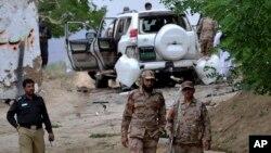 Forces de sécurité sur les lieux d'un attentat-suicide meurtrier dans le district de Mastung au Pakistan, le 12 mai 2017.