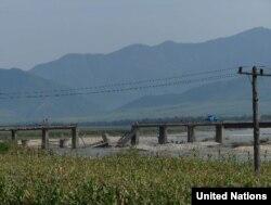북한 함경북도 홍수 피해지역의 무너진 다리. 유엔이 16일 공개한 북한 함경북도 수해 실사보고서에 들어있는 사진이다.
