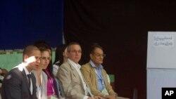 အေမရိကန္သံအမတ္ Scot Marciel (ယာဘက္ ဒုတိယေျမာက္) နဲ႔ အျခား သံတမန္မ်ား ရန္ကုန္အတြင္းရွိ မဲ႐ံုအား ေစာင့္ၾကည့္ေလ့လာစဥ္။ (ႏိုဝင္ဘာ ၃၊ ၂၀၁၈)