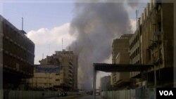 Asap terlihat dari arah pasar Shurja di Baghdad, Minggu (6/11).