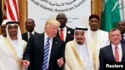 آقای ترامپ با رهبران کشورهای مسلمان بعد از سخنرانی عکس گرفت.