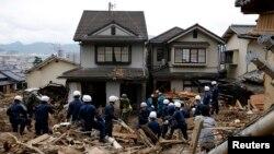 Pripadnici policije tragaju za preživelima u okrugu Asaminami u blizini Hirošime, 22. avgusta 2014.