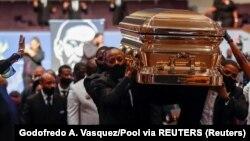 Peti jenazah George Floyd dibawa keluar usai upacara pemakaman di gereja Praise church, Houston, Texas, Selasa (9/6).