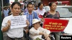 Dân Việt Nam xuống đường biểu tình chống Trung Quốc tại Hà Nội, ngày 8/7/2012
