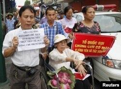 Nhà hoạt động Lê Hiền Đức tham gia cuộc biểu tình phản đối Trung Quốc ở Hà Nội ngày 8/7/2012
