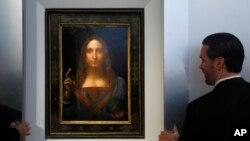 """Guardias de seguridad vigilan """"Salvator Mundi"""" de Leonardo da Vinci durante una conferencia de prensa en la casa de subastas Christie en Nueva York, el martes, 10 de octubre de 2017."""