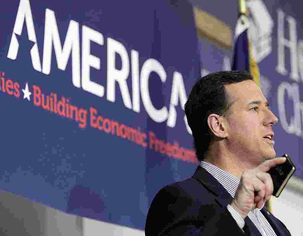 Rick Santorum berkampanye di Kalamazoo, Michigan, Senin, 27 Februari 2012 (AP).