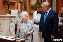 Britanska kraljica Elizabeta II gleda izložene američke predmete u kraljevskoj kolekciji, zajedno as predsednikom SAD Donaldom Trampom, u Londonu, 3. juna 2019.