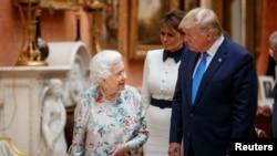 ម្ចាស់ក្សត្រី Queen Elizabeth II របស់អង់គ្លេសយាងទស្សនកិច្ចជាមួយនឹងលោកប្រធានាធិបតីអាមេរិក ដូណាល់ ត្រាំ នៅរាជវាំង Buckingham ក្នុងក្រុងឡុងដ៍ កាលពីថ្ងៃទី៣ ខែមិថុនា ឆ្នាំ២០១៩។