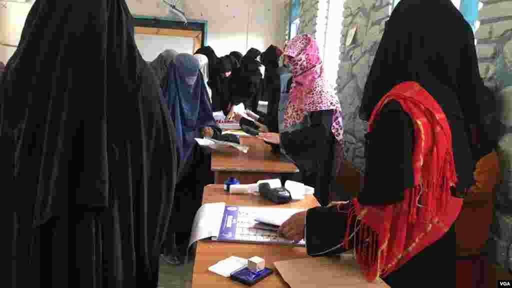 شماری از زنان رای دهنده در یکی از مراکز رای دهی شهر کندهار