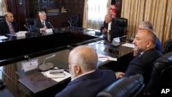 AQSh Mudofaa vaziri Jeyms Mattis (chapdan ikkinchi) Afg'oniston Prezidenti Ashraf G'ani (markazda) qabulida, 24-aprel, 2017-yil, Kobul, Afg'oniston.