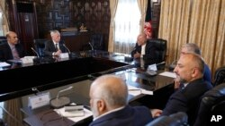 جیم متیس در دیدار با اشرف غنی رئیس جمهوری افغانستان و هیئت او در کاخ ریاست جمهوری کابل