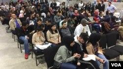 Masyarakat muslim AS di kota Dearborn, Michigan menonton bersama penghitungan suara pemilu AS, Selasa malam (8/11).