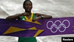埃塞俄比亚选手格拉娜8月5日在伦敦奥运会的马拉松比赛的终点冲刺