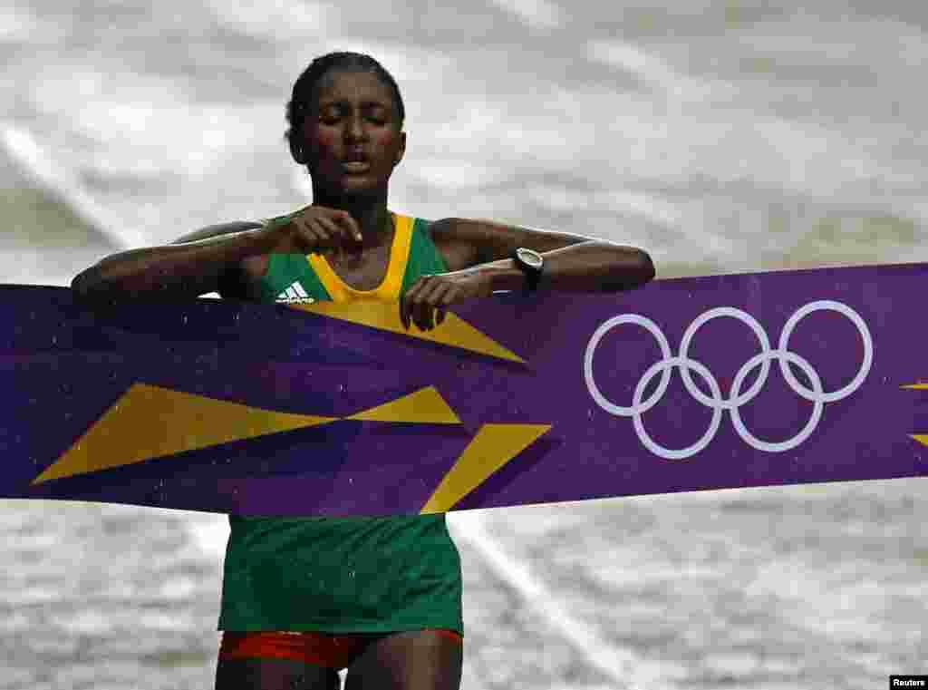 Tiki Gelana wa ethopia akimaliza wa kwanza mbio za marathon