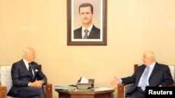 叙利亚外长穆阿利姆在大马士革会见联合国特使斯塔凡·米斯图拉。