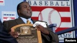 Mendiang pemain tim bisbol San Diego Padres, Tony Gwynn, memegang plakat Hall of Fame dalam upacara pemberian penghargaan di New York, 2007.