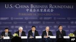 美国副总统拜登(右二)与时任中国国家副主席的习近平(中)在华盛顿的美国商会与商业领袖们举行会谈。(2012年2月14日)