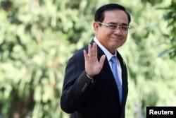 រូបឯកសារ៖ លោកនាយករដ្ឋមន្ត្រីថៃ Prayuth Chan-ocha លើកដៃខណៈពេលលោកចាកចេញពីកិច្ចប្រជុំមួយនៅវិមានរាជរដ្ឋាភិបាលនៅទីក្រុងបាងកក ប្រទេសថៃ កាលពីថ្ងៃទី២៤ ខែមករា ឆ្នាំ២០១៩។