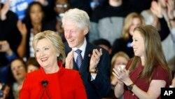 Le candidat démocrate Hillary Clinton, son mari, l'ancien président Bill Clinton et sa fille Chelsea lors d'un rassemblement de la nuit de caucus à l'Université Drake à Des Moines, Iowa, 1er février 2016. (AP Photo / Patrick Semansky)