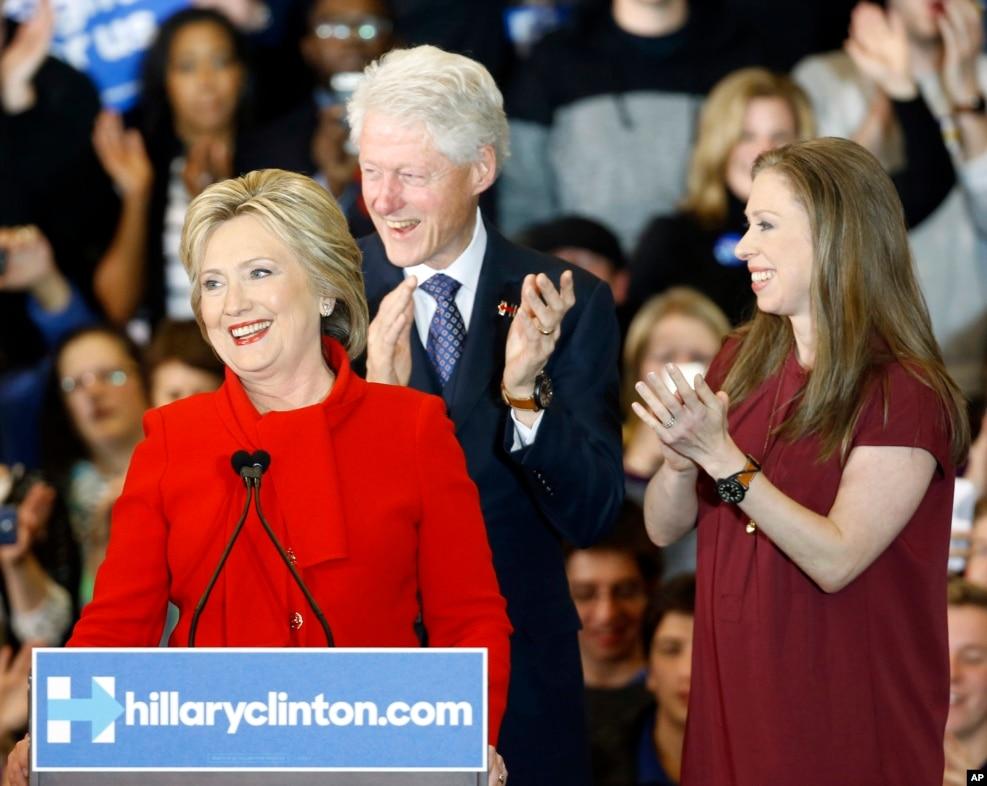 2016年2月1日,希拉里·克林顿及其丈夫比尔·克林顿,女儿切尔西·克林顿在艾奥华州党团会议初选中