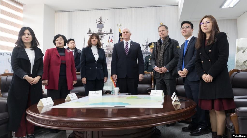 Phó Tổng thống Mike Pence gặp các người đào tị Triều Tiên tại lễ tưởng niệm chiến hạm Cheona của Hàn quốc bị đánh chìm (ảnh chụp ngày 9/2/2018.