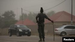 Un policier surveille une route dans l'État de Taraba à Jalingo, Nigeria, le 12 avril 2015.