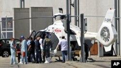 救援人员9月12日把一位受伤者从法国爆炸现场撤出