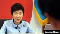 박근혜 한국 대통령이 17일 오전 한국 청와대에서 열린 국무회의에서 발언하고 있다.