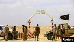 Các phần tử nổi dậy Libya canh lối ra vào khu mỏ dầu al-Ghani, nằm về hướng nam Ras Lanuf, hiện đang nằm dưới sự kiểm soát của nhóm này, 18/3/14