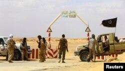 Tentara pemberontak di ladang minyak al-Ghani di Libya. (Foto: Dok)