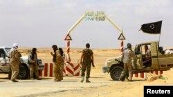 리비아 반군들이 라스라누프 석유항 입구를 통제하고 있다. (자료사진)