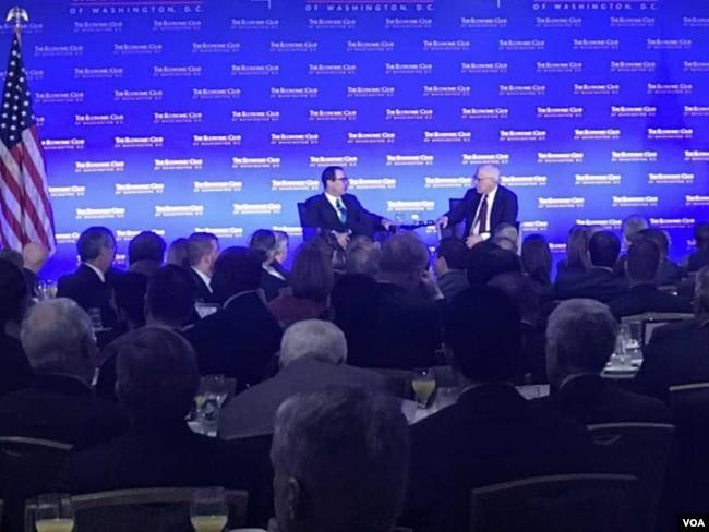 美国财长努钦周五在华盛顿一个活动中受访时说,财政部已经成立一个跨机构工作组,对加密货币进行监督。(美国之音萧洵拍摄)