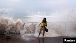 Sóng lớn ập vào bờ biển trong lúc bão Usagi kéo tới Thâm Quyến, tỉnh Quảng Đông, Trung Quốc, ngày 22/9/2013.