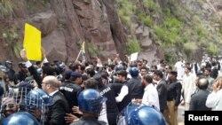 پاکستان کے زیرِ انتظام کشمیر میں وکلا نے لائن آف کنٹرول کی طرف احتجاجی مارچ کیا