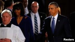 2013年4月18日,美国总统奥巴马和夫人米歇尔抵达波士顿参加跨教派追思会,悼念波士顿马拉松爆炸案的受害者。
