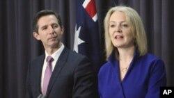 Menteri Perdagangan Australia Simon Birmingham (kiri) dan Menteri Perdagangan Internasional Inggris Liz Truss dalam konferensi press di Gedung Parlemen Australia di Canberra, 18 September 2019.