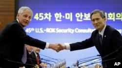 2일 서울에서 열린 제45차 미-한 안보협의회에서 척 헤이글 미 국방장관(오른쪽)과 김관진 한국 국방장관이 악수하고 있다.
