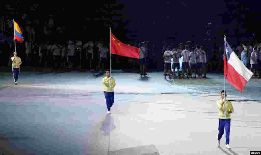 在台北举行的第29届世界大学生运动会开幕式上,中国、哥伦比亚和智利的代表举国旗入场(2017年8月19日)。在运动员入场式进行几分钟后,组织者突然改变入场方式,每个国家只由一面国旗或会旗以及一个举旗手代表,没有运动员入场。据说抗议蔡英文政府推动的年金改革的大批示威者堵住了运动员乘车进入会场的通道。在运动员入场式延误大约半小时后,各国运动员终于入场。来自130多个国家的7000多名运动员参加本届世界大学生运动会。中国大陆抵制了本届运动会的全部团体比赛,但有100多名中国运动员报名参加个人比赛。 据《中国时报》报道,中国大陆运动员102人在开幕式当天傍晚才抵达桃园机场,确定缺席世大运开幕式。